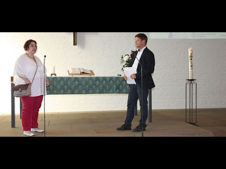 Unerhörte bekommen im Gottesdienst eine Stimme. Tobias Lauer vom Diakonischen Werk im Gespräch mit Antje Blazevic. Foto: bbiew