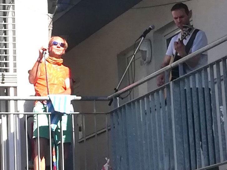 """Auftritt des Duos """"Reymann"""" anlässlich des 20-jähriges Bestehens des Zentrums der Wohnungslosenhilfe in Bensheim. Von links: Sven Sander (Sänger und Flötist) und Jens Reyer (Gitarrist). Foto: Archiv"""