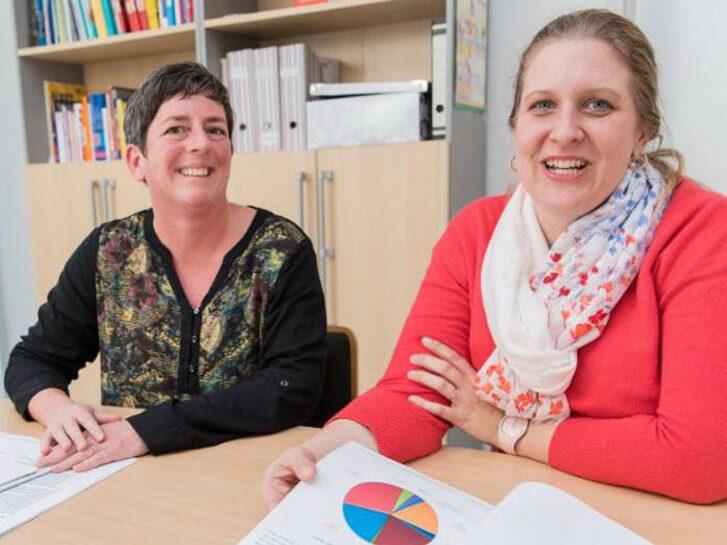 Tatjana Maier-Borst (links) und Kerstin Biehal helfen Jugendlichen und jungen Erwachsenen bei der Suche nach einem Ausbildungs- oder Arbeitsplatz. Foto: Thorsten Gutschalk