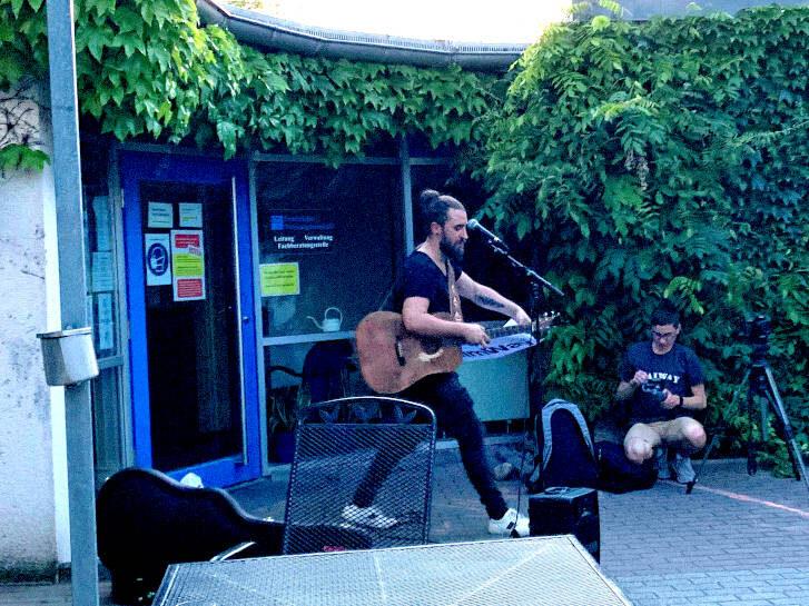 Der Musiker Tobi Vorwerk bei seinem Auftritt im Zentrum der Wohnungslosenhilfe. Foto: Isabela Jacob