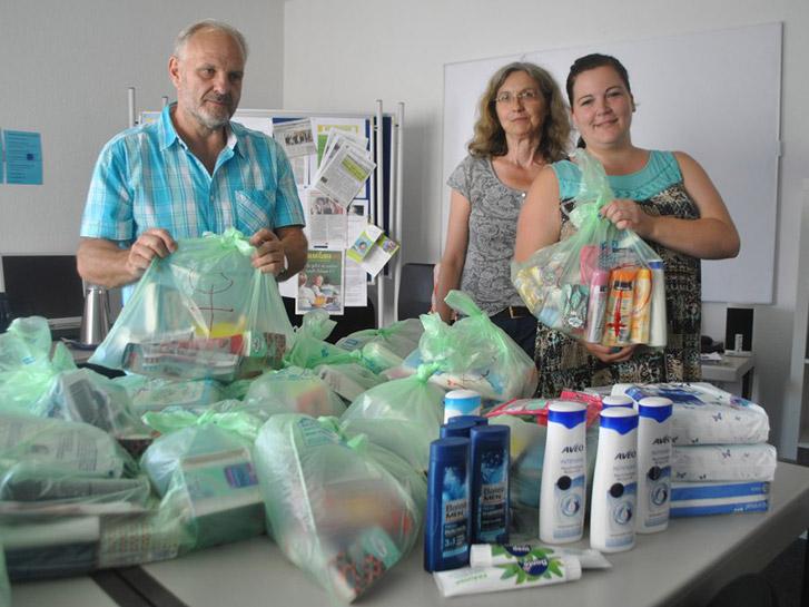 Die Teilnehmer von Spagat wie Sarah-Kay Daubermann (r.) sammelten Hygieneartikel und Kleidung für wohnungslose Menschen. Über das Projekt freuten sich auch die beiden Spagat-Mitarbeiter Reinhold Jeck und Edith Harter (v.l.). Foto: Benjamin Kloos