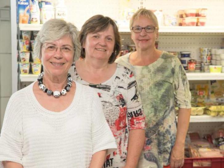Sylvia Markgraf, Ingeborg Gärtner-Grein und Martina Rausch (von links) vom Künstlerverein spenden für die Tafel. Foto: Gutschalk