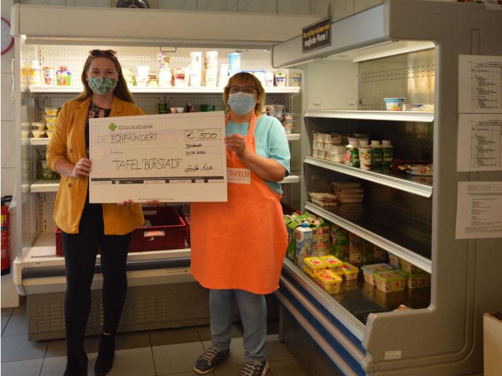 Die ehemalige Sonnenbotschafterin Saskia Wenz übergab einen Spendenscheck an Tafel-Teammitglied Alice Elsinger. Foto: oh
