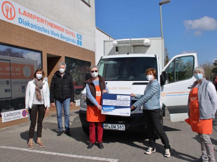 Die Arbeit der Tafeln funktioniert nur durch Spenden, daher war die Freude über den 4.000-Euro-Scheck groß, den Lions-Präsidentin Karin Salber überreichte. Foto: Hannelore Nowacki