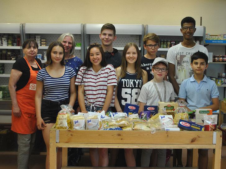 Die Schülervertretung des LGL überbrachte eine Lebensmittel- und Geldspende an die Tafel Lampertheim – gesammelt wurden die Lebensmittel von den Lehrern, Schülern und Eltern der Schule. Foto: Benjamin Kloos
