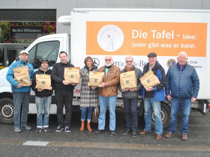 Die Fahrer der Tafel Lampertheim und Frau Dr. Ute Weber-Schäfer (4.v.l.)) bedanken sich beim Team des Edeka E-Center Jochum um Andreas Jochum (3.v.l.) für die Unterstützung. Foto: Benjamin Kloos