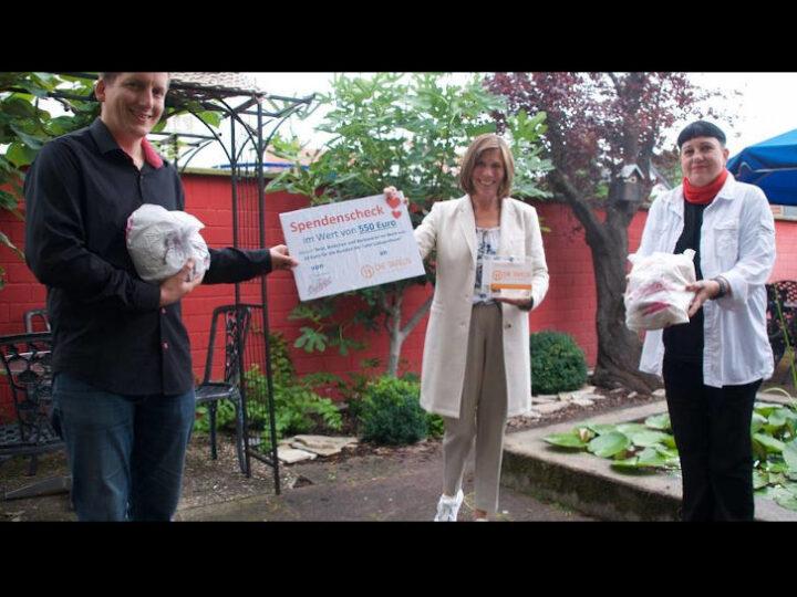 Pascal Schmerker übergibt die Spende an Ute Weber-Schäfer (Mitte) und Isabell Moeller-Dutoit. (Foto: Diakonisches Werk)