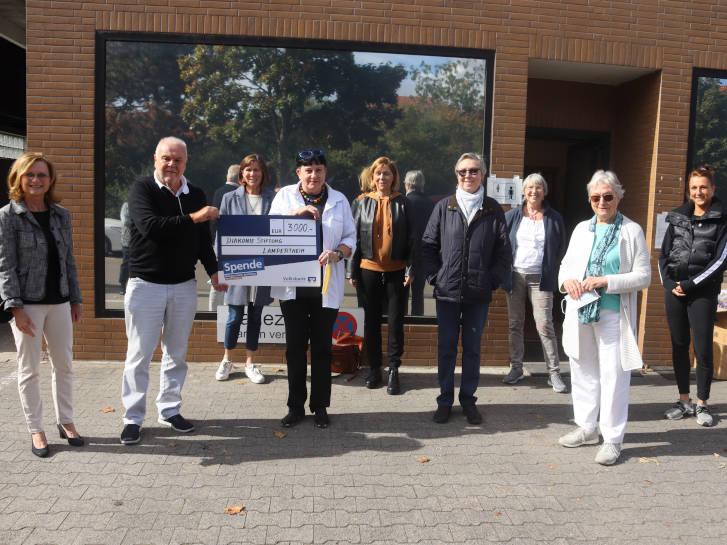 Auf dem Foto zu sehen: die Diakonie Stiftung Lampertheim, vertreten durch die Vorsitzende Martina Seelinger (l.), Andreas Förster (2.v.l.) und Sibylle Fath (4.v.l.), spendete 3.000 Euro an die Tafel Lampertheim