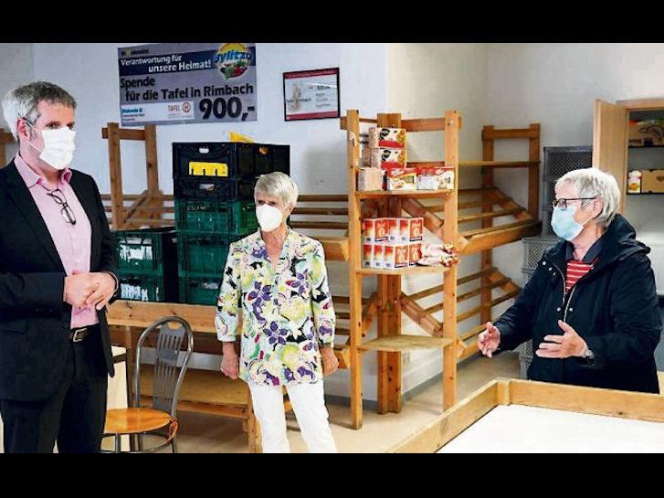 """Helga Ullmann und Heide Haneke, Teamleiterinnen der Rimbacher Tafel, berichten Landrat Christian Engelhardt über ihre Arbeit bei der Tafel unter """"Coronabedingungen"""". Bild: Kreis Bergstraße"""