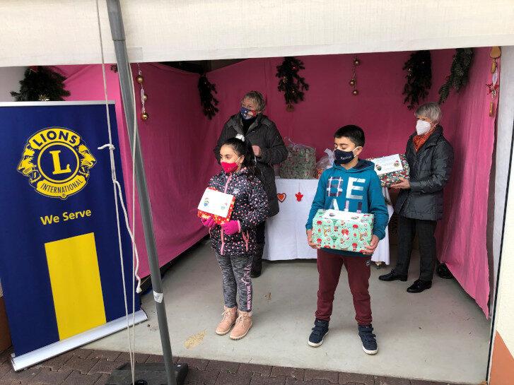 Tafel Rimbach und Lions Club Rimbach teilen Geschenke für Kinder aus. Foto: UWS