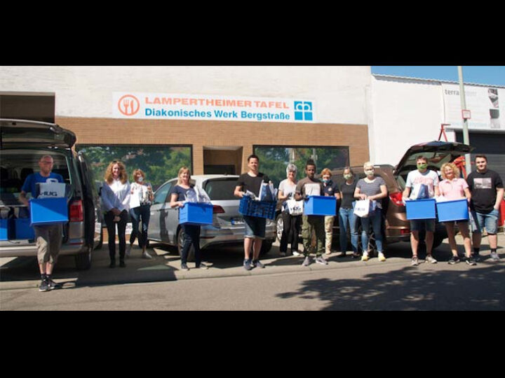 Ein Teil der insgesamt 60 Freiwilligen machten sich am Donnerstag auf zur 2. Auslieferung in einem Radius von Groß-Rohrheim bis sogar nach Viernheim. Zuvor wurden bereits am Mittwoch und Donnerstagmorgen die Kisten vorbereitet. Foto: Robert Lehr