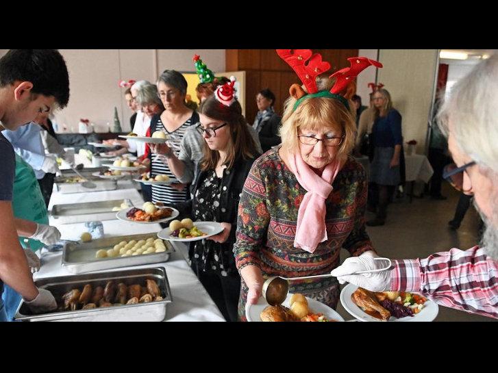 Bei der Weihnachtsfeier für wohnungslose und bedürftige Menschen im Gemeindesaal von Sankt Laurentius sorgten ehrenamtliche Helfer für reichhaltig gefüllte Teller, die an rund 180 Gäste verteilt wurden. Auf unserem Foto sind keine wohnungslosen und bedürftigen Menschen abgebildet. Foto: Lotz