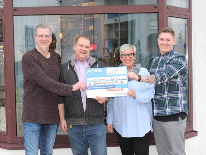 Rolf Wegerle (links), Silke und Yannick Heyber (rechts) überreichen 840 Euro an Sozialarbeiter Björn Metzgen-Meuer für die Wohnungsnothilfe des Diakonischen Werks Bergstraße. Foto: Eva Wiegand