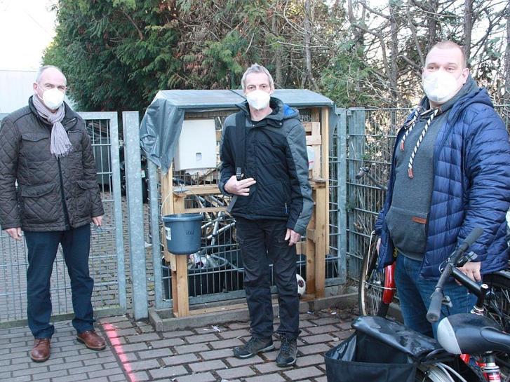 Dekan Arno Kreh (l.), Björn Metzgen (r.) und in der Mitte Andi, Tagesgast im Zentrum der Wohnungslosenhilfe. Foto: bbiew